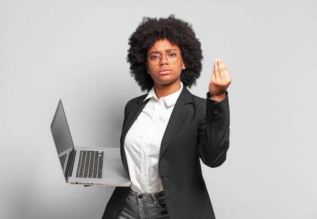 Jovem empresária afro fazendo capice ou gesto de dinheiro, mandando você pagar suas dívidas !.