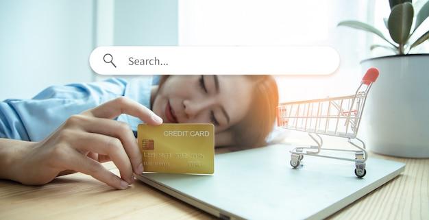 Jovem empresária asiática é dona de uma cafeteria, segurando um cartão de crédito para dizer aos clientes que paguem em dinheiro por todos os serviços. ideias para pequenos negócios, inicie. gráfico de ícone de pesquisa de ilustração.