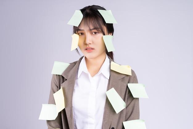 Jovem empresária asiática se sente pressionada pelo prazo