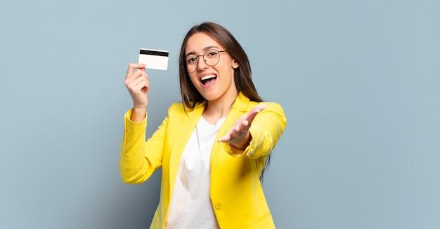 Jovem empresária bonita com cartão de crédito