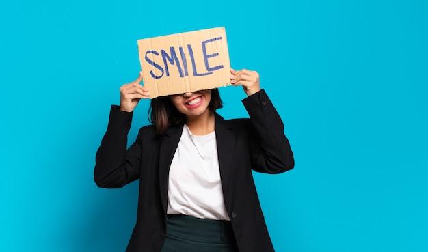 Jovem empresária bonita com um banner de conceito de sorriso