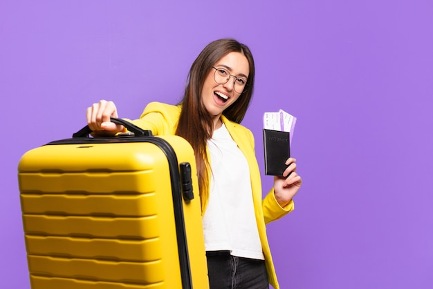Jovem empresária bonita com uma mala
