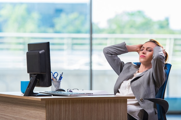 Jovem empresária cansada depois de um longo dia de trabalho
