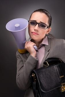 Jovem empresária com alto-falante no conceito de negócio