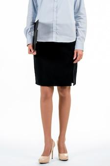 Jovem empresária com área de transferência. empregada segurando uma prancheta preta. como se vestir para o trabalho. ficar sério e com boa aparência.