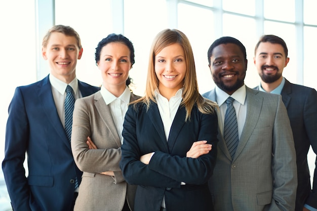 Jovem empresária com colegas de trabalho