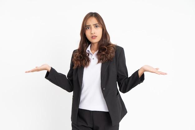 Jovem empresária com expressão de gestos questionadores