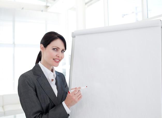 Jovem empresária dando uma apresentação