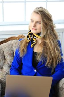 Jovem empresária de vestido azul