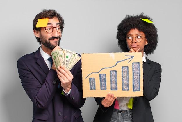 Jovem empresária e empresário. conceito de riqueza e crescimento