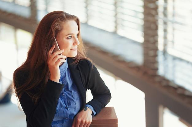 Jovem empresária falando no celular