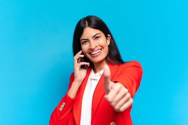 Jovem empresária hispânica usando o telefone