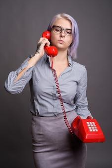 Jovem empresária linda com cabelo curto colorido