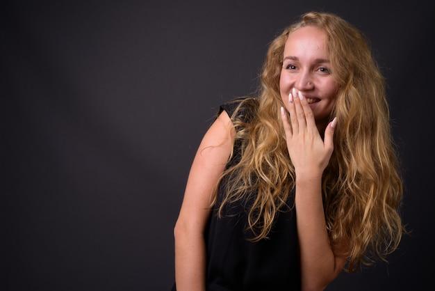 Jovem empresária linda com longos cabelos loiros ondulados