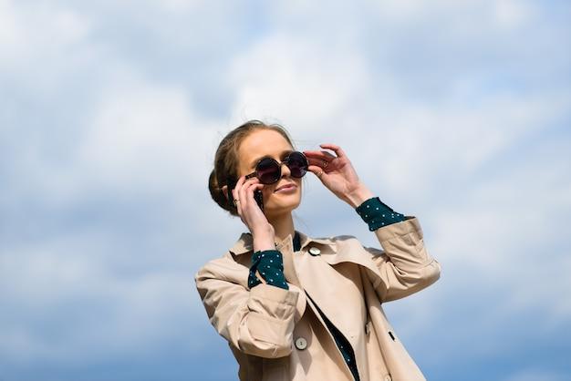 Jovem empresária linda com óculos de sol nas ruas da cidade.