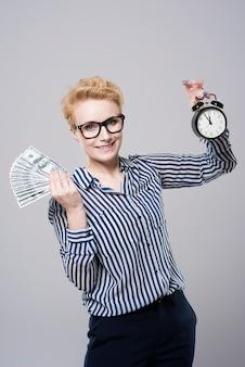 Jovem empresária linda segurando dinheiro isolado