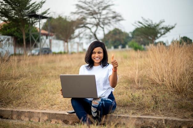Jovem empresária negra africana usando laptop