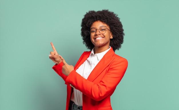 Jovem empresária negra apontando para o espaço da cópia