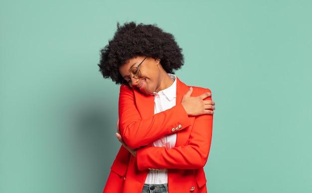 Jovem empresária negra se abraçando
