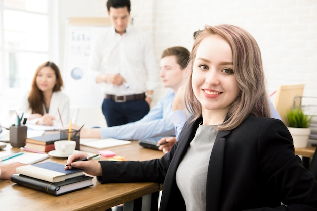 Jovem empresária no escritório