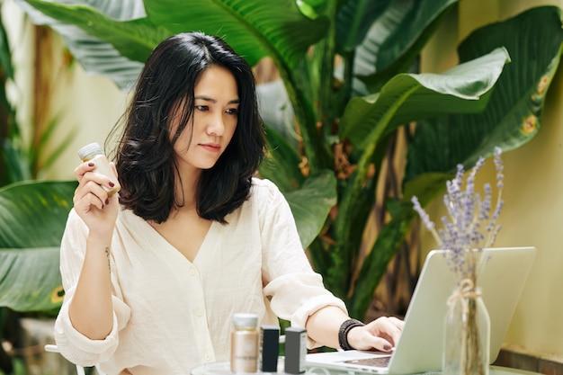 Jovem empresária ou blogueira séria que vende cosméticos nas redes sociais