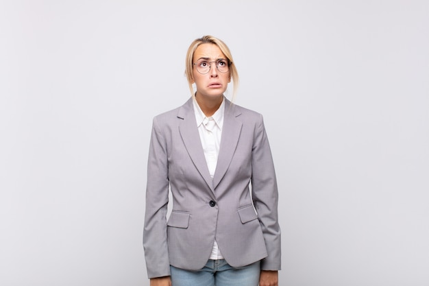 Jovem empresária se sentindo triste e chorona com uma expressão infeliz, chorando com uma atitude negativa e frustrada
