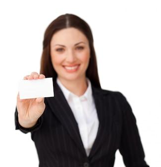 Jovem empresária segurando um cartão branco