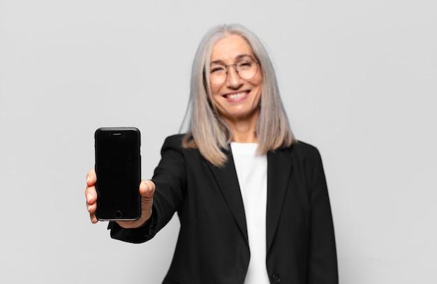 Jovem empresária sênior com um telefone inteligente