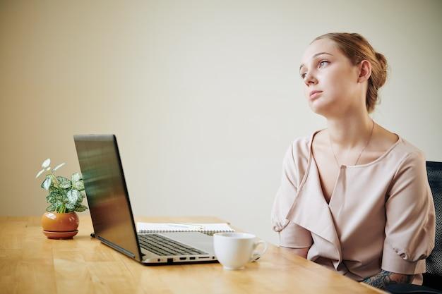 Jovem empresária sentindo-se deprimida