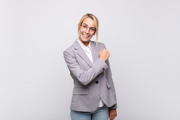 Jovem empresária sentindo-se feliz, positiva e bem-sucedida, motivada para enfrentar um desafio ou comemorar bons resultados