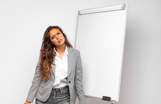 Jovem empresária sentindo-se perplexa e confusa, com uma expressão muda e atordoada olhando para algo inesperado