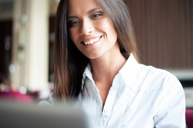 Jovem empresária sorridente em um intervalo em um café