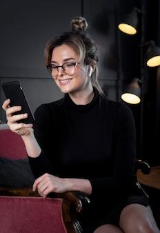 Jovem empresária sorrindo para o escritório