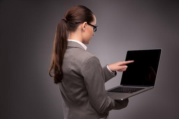 Jovem empresária trabalhando com laptop no conceito de negócio