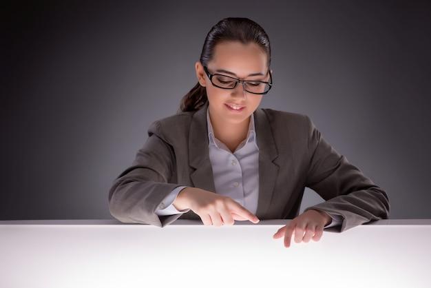 Jovem empresária trabalhando na mesa