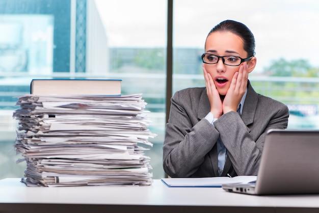 Jovem empresária trabalhando no escritório