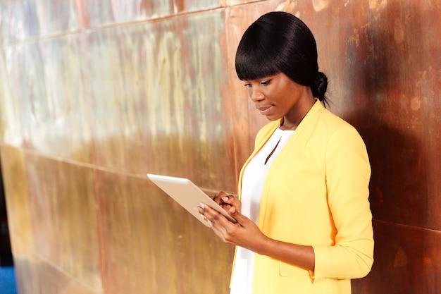Jovem empresária usando um computador tablet