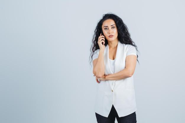 Jovem empresária usando um telefone