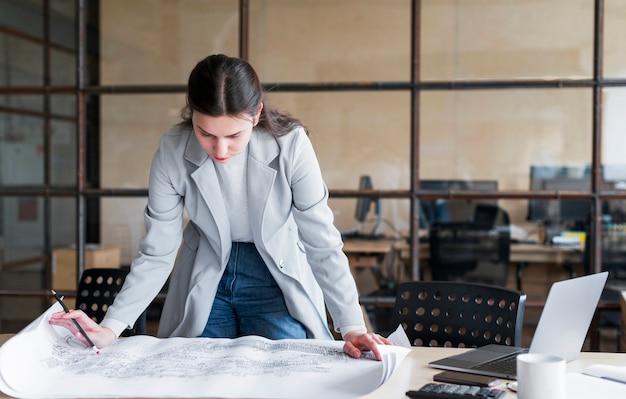 Jovem empresária verificando o layout de impressão azul
