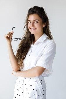 Jovem empresária vestindo óculos e roupas elegantes
