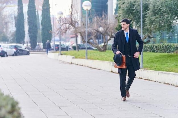 Jovem empresário a caminho do trabalho