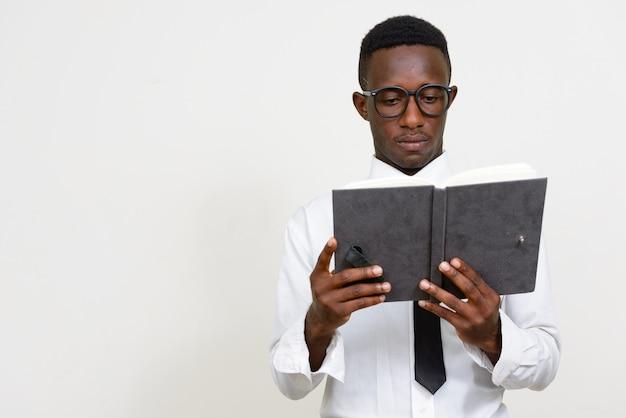 Jovem empresário africano com camisa e gravata isoladas no espaço em branco