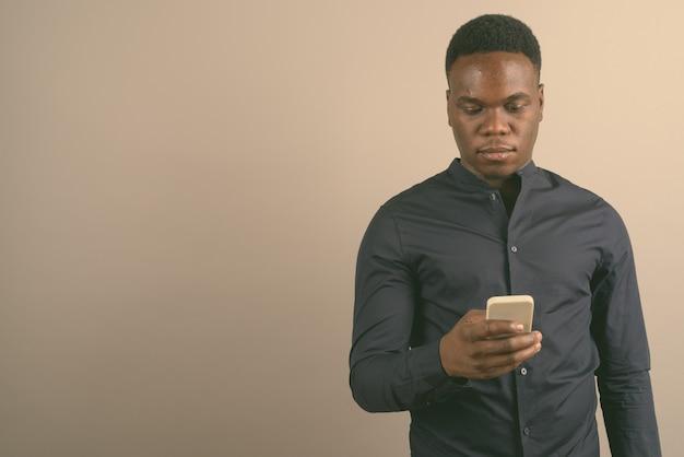 Jovem empresário africano com telefone celular