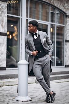Jovem empresário africano em elegante terno