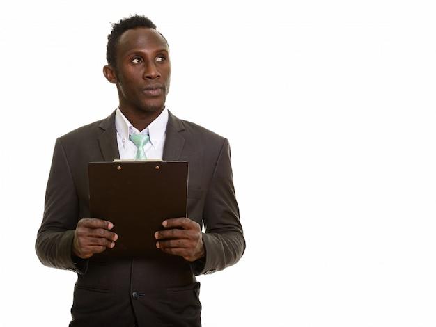 Jovem empresário africano preto pensando enquanto segura a área de transferência