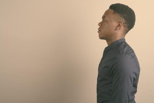 Jovem empresário africano vestindo camisa azul