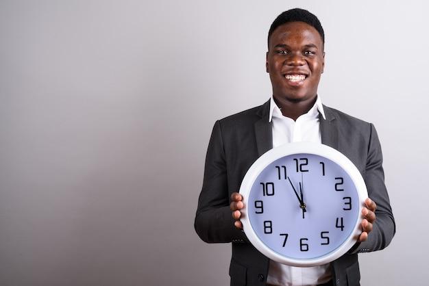 Jovem empresário africano vestindo terno contra o espaço em branco