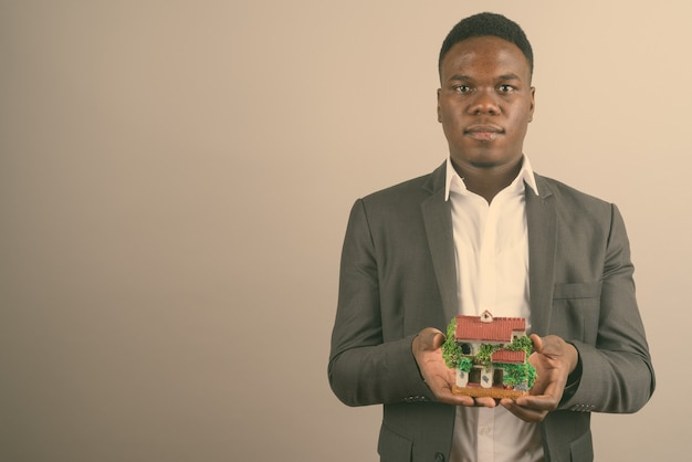 Jovem empresário africano vestindo terno
