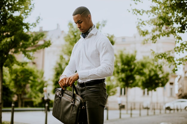 Jovem empresário afro-americano à espera de um táxi na rua