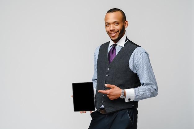 Jovem empresário afro-americano bonito segurando o tablet pc